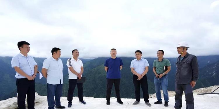 县委书记冯俊涛率队赴锅巴岩汉白玉矿区,现场督导汉白玉矿山生态修复工作